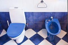 蓝色卫生间和洗手间在一栋新的公寓 库存图片