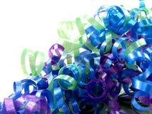蓝色卷曲的绿色紫色丝带 库存图片