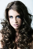 蓝色卷曲眼睛头发长的妇女