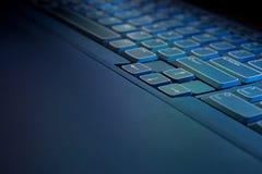 蓝色发光的关键董事会膝上型计算机&# 免版税库存照片