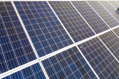 蓝色发光的太阳在大厦屋顶的照片流电盘区系统特写镜头表面  可更新的生态绿色发电 免版税图库摄影