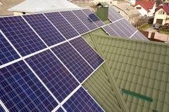 蓝色发光的太阳在大厦屋顶的照片流电盘区系统特写镜头表面  可更新的生态绿色发电 免版税库存照片