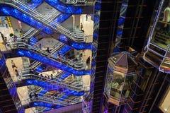 蓝色发光的自动扶梯在购物中心 免版税库存照片