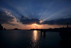 蓝色发出光线天空星期日 在阿布扎比,阿联酋的日落 免版税图库摄影