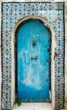 蓝色变老了与装饰品和瓦片的门从大桶的西迪布赛义德 库存图片