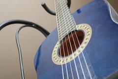 蓝色古典吉他关闭 库存照片