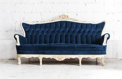 蓝色古典样式沙发长沙发在葡萄酒屋子里 库存照片