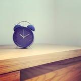 蓝色古板的闹钟 免版税库存图片