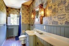 蓝色古色古香的卫生间原物 惊人的家从1856从那以后从未被接触 Lakewood, WA,美国 库存图片