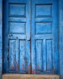 蓝色古色古香的葡萄酒门 库存照片