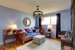 蓝色古董用装备的卧室 免版税库存照片