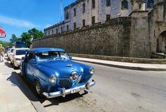 蓝色古巴减速火箭的汽车 免版税库存图片