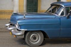 蓝色古巴汽车前面 免版税库存图片