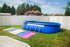 蓝色可膨胀的水池 免版税库存图片