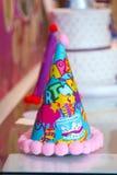 蓝色和五颜六色的党帽子为生日 免版税库存图片