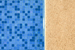 蓝色和充满活力的游泳池 免版税库存照片