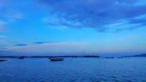 蓝色和小船 免版税库存照片