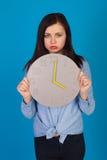 蓝色和时钟的妇女 免版税库存图片
