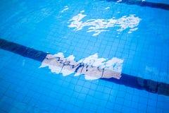蓝色和明亮的波纹水和表面在游泳池 库存照片