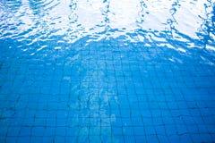 蓝色和明亮的波纹水和表面在游泳池 库存图片