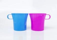 蓝色和桃红色塑料杯子 库存图片