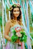 蓝色和桃红色婚礼 新娘 库存图片