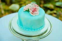 蓝色和桃红色婚宴喜饼 免版税库存图片