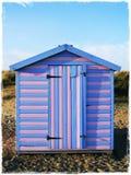 蓝色和桃红色海滩小屋 免版税库存照片