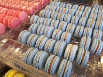 蓝色和桃红色蛋白杏仁饼干关闭  免版税库存图片