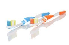 蓝色和橙色牙刷 免版税图库摄影