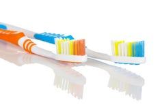 蓝色和橙色牙刷 库存图片