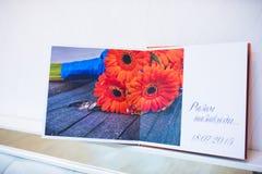 蓝色和橙色纺织品婚礼照片书 库存照片