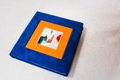 蓝色和橙色纺织品闪光箱子 库存照片