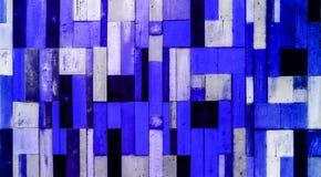 蓝色和深蓝垂直口气木的片断 免版税库存照片