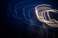 蓝色和灯光管制线在黑暗的背景中 图库摄影