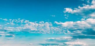 蓝色和白色上色天空抽象背景 免版税库存照片