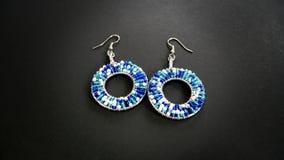 蓝色和白色串珠的耳环 库存照片