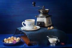 蓝色和白色供食的咖啡快餐 免版税库存照片