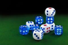 蓝色和白色切成小方块绿色天鹅绒表面上 免版税库存图片
