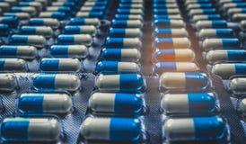 蓝色和白色压缩在天线罩包装的药片安排与美好的样式 全球性医疗保健概念 抗菌药 库存图片