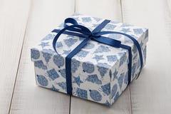 蓝色和白色圣诞节礼物或当前箱子关闭 库存图片