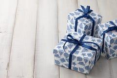 蓝色和白色圣诞节礼物或当前箱子 库存照片