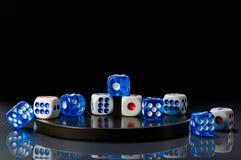 蓝色和白色在一个圆的石基地切成小方块 图库摄影