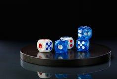 蓝色和白色在一个圆的石基地切成小方块 免版税库存照片