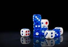 蓝色和白色在光滑的黑背景切成小方块 免版税图库摄影