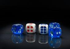 蓝色和白色在光滑的黑背景切成小方块 免版税库存图片