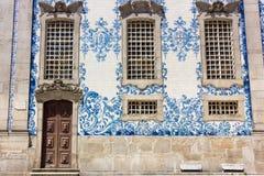 蓝色和白色在波尔图,葡萄牙铺磁砖在卡尔穆教会的azulejo 库存照片