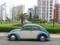 蓝色和白色大众甲壳虫1300在利马 库存照片