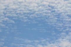 蓝色和白色天空背景  免版税库存图片