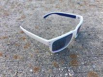 蓝色和白色太阳镜 免版税库存图片